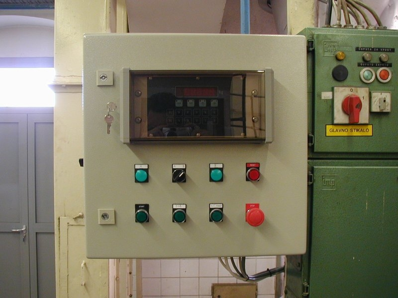 Instrument in krmilne tipke dozirnega avtomata
