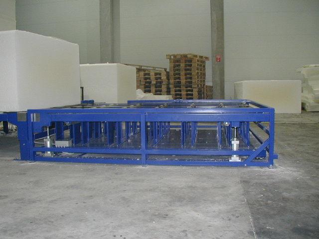 Tehtanje obrezanih bal na vrtljivi platformi